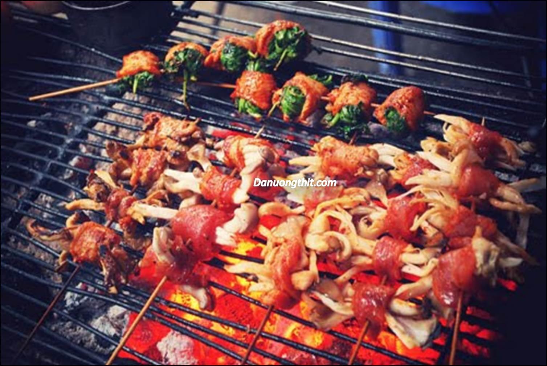 Thưởng thức món nướng ngon cùng bạn bè và người thân là thú vui ẩm thực của rất nhiều người.